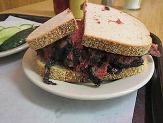 뉴욕의 점심 식사 - 파스트라미 샌드위치
